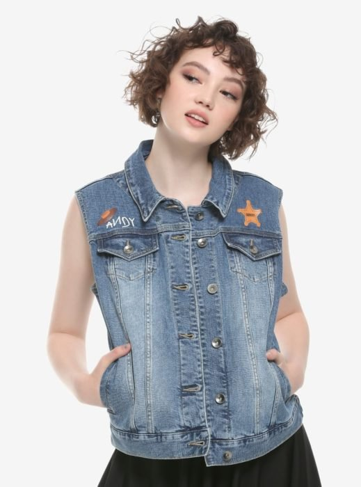 Chica modelando chaleco de mezclilla con bordados de Toy Story