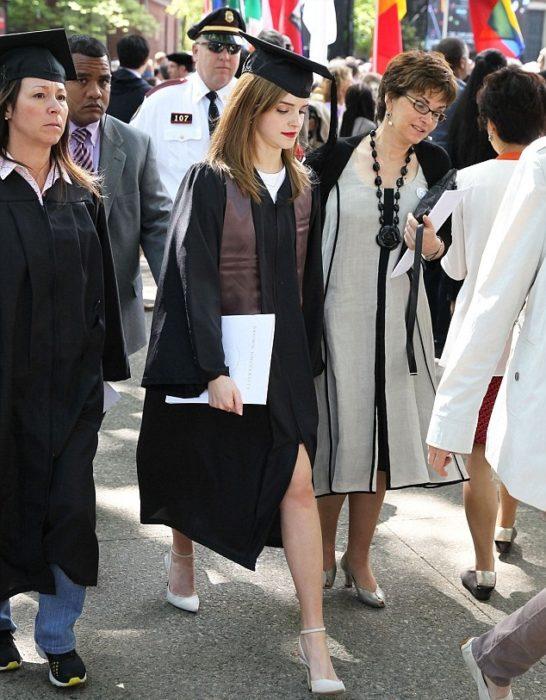 Emma Watson usando toga en su graduación de nivel licenciatura