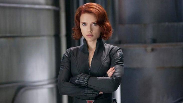 Scarlett Johansson con los brazos cruzados, vestida como Black Widow