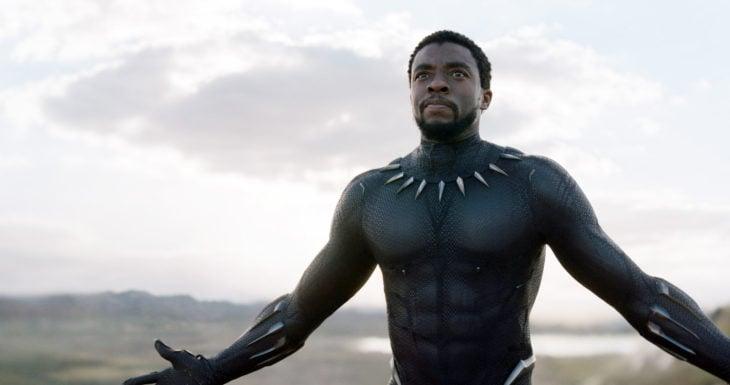 Chadwick Boseman con los brazos abiertos, vestido como Black Panther