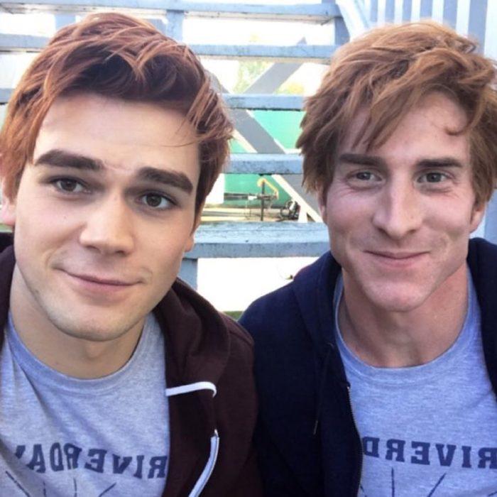 Actores junto a sus dobles; actor KJ Apa que interpreta a Archie en serie de Netflix Riverdale