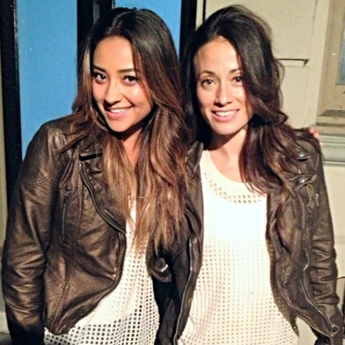 Actores junto a sus dobles; actriz Shay Mitchell que interpreta a Emily Fields en Pretty Little Liars