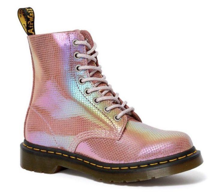 Botas Doc Marteens de color rosa con brillos estilo sirena