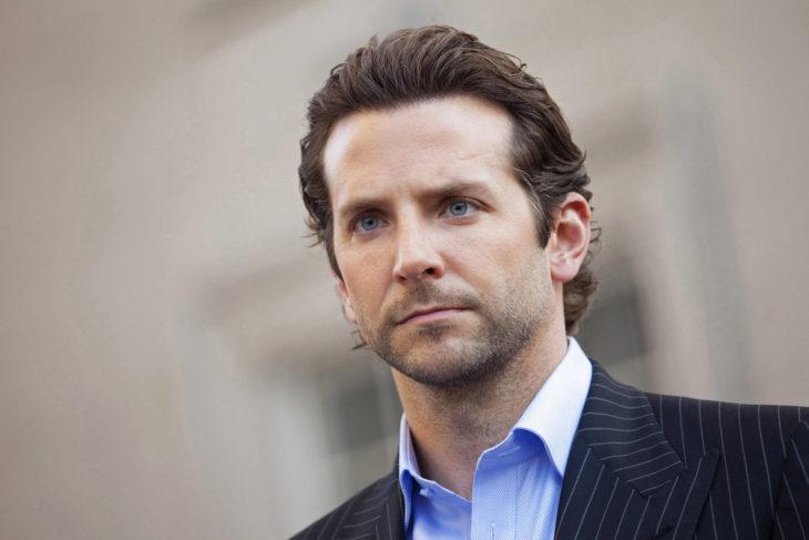 Actor, director y cantante Bradley Cooper con barba corta y traje
