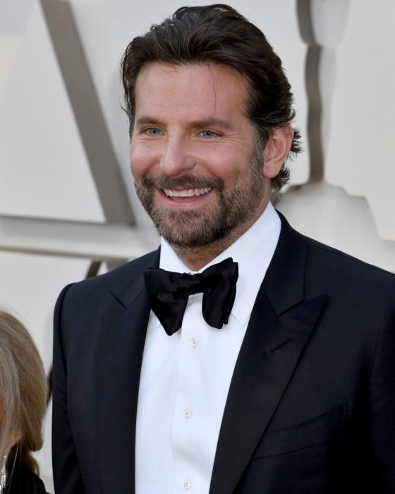 Actor, director y cantante Bradley Cooper sonriendo en los premios Óscar