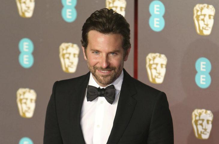Actor, director y cantante Bradley Cooper con traje negro y moño