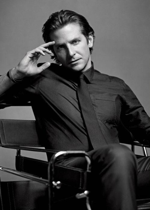 Actor, director y cantante Bradley Cooper en sesión de fotos en blanco y negro, con camisa y corbata y peinado hacia atrás, sin barba
