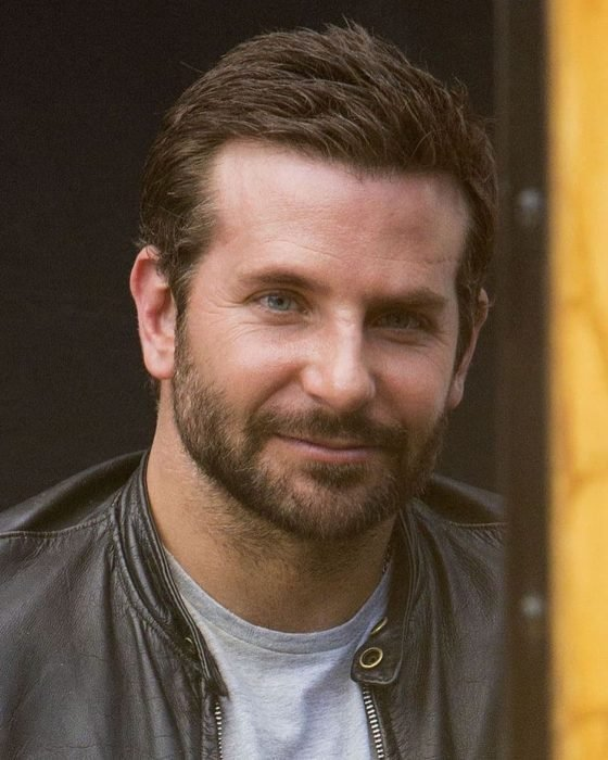 Actor, director y cantante Bradley Cooper con barba y chaqueta de cuero