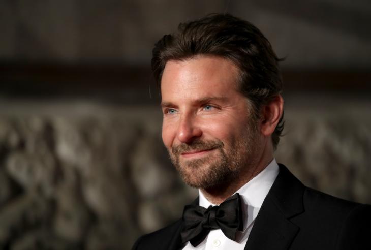 Actor, director y cantante Bradley Cooper sonriendo
