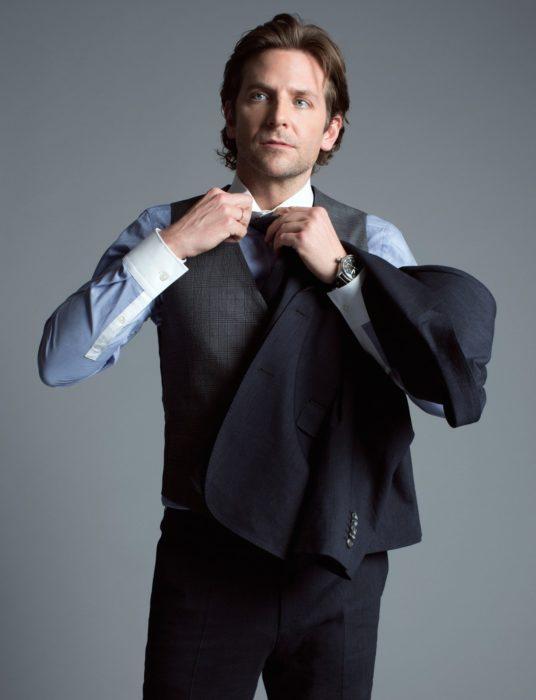 Actor, director y cantante Bradley Cooper con cabello largo con traje y chaleco