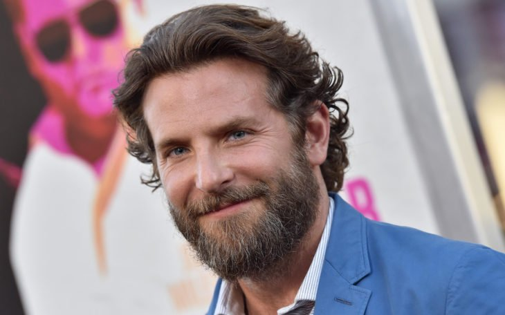 Actor, director y cantante Bradley Cooper con barba y cabello largo