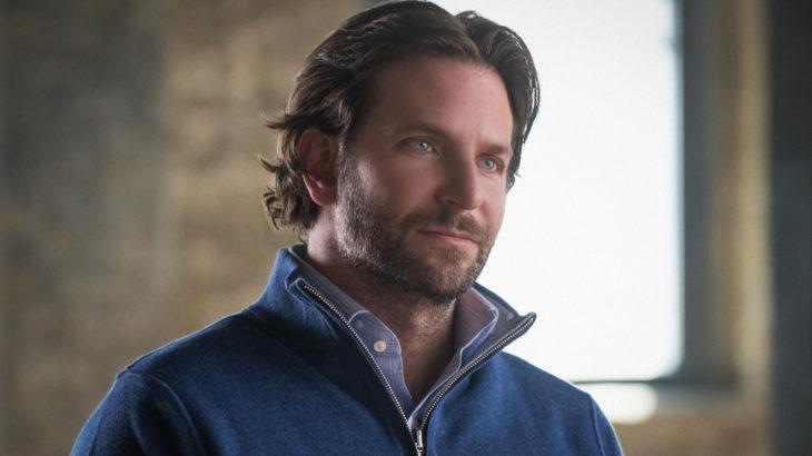 Actor, director y cantante Bradley Cooper con cabello largo, barba y chamarra de mezclilla