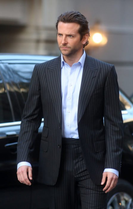 Actor, director y cantante Bradley Cooper con traje negro rayado