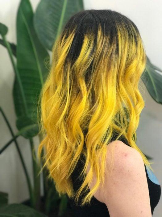 Chica con cabello bob largo color amarillo degradado a negro