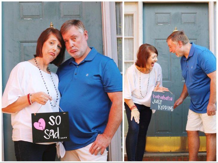 Amy y Randy English en el portico de su casa sosteniendo una pizarra