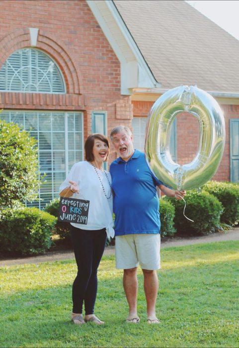 Amy y Randy English a mitad del jardín sosteniendo un globo de helio