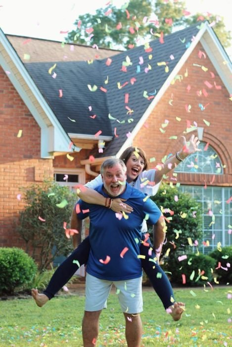 Amy y Randy English jugando con confeti fuera de su casa