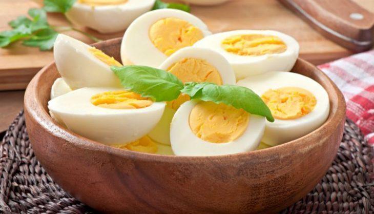 huevos cocidos a la mitad