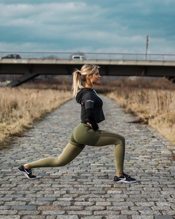 Cosas que debes hacer en vez de enamorarte; chica rubia haciendo ejercicio al aire libre, sentadillas