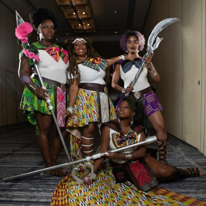 Mujeres usando cosplay de Sailor Moon con accesorios de Black Panther