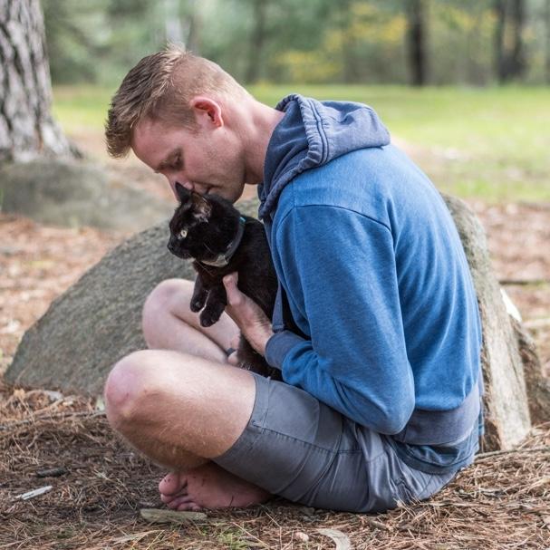 Rich y Willow sentados sobre hojas secas en el bosque jugando