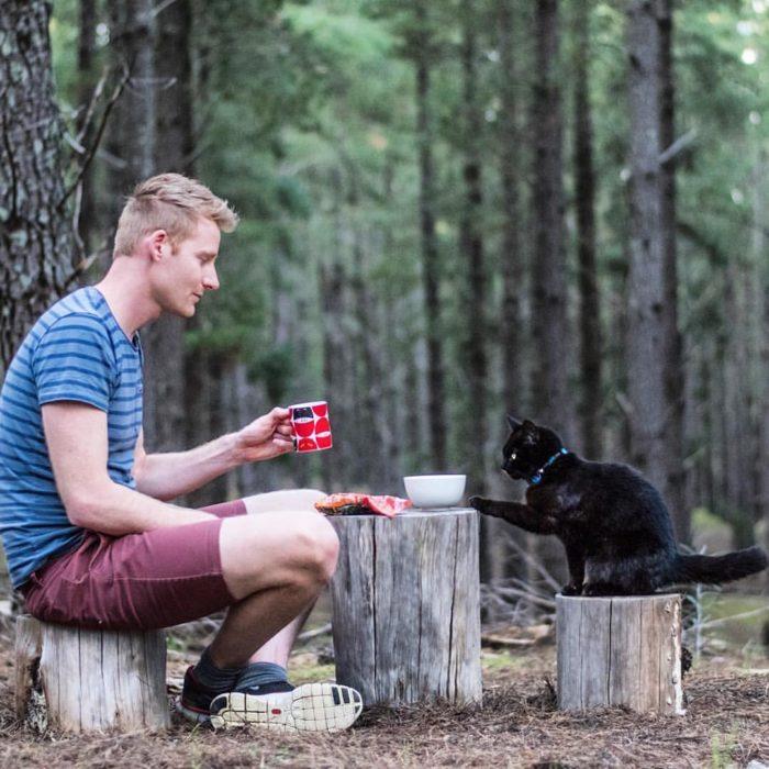 Rich y Willow en el bosque bebiendo café en sus tazas