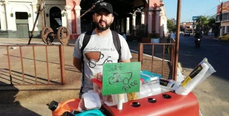 Eduardo Espinoza emprendedor con su café bike, puesto de venta de café y desayunos