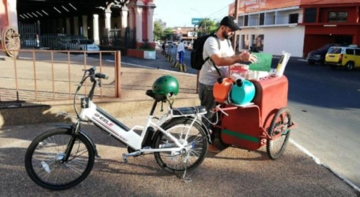 Eduardo Espinoza vendiendo desayunos y café en una bicicleta