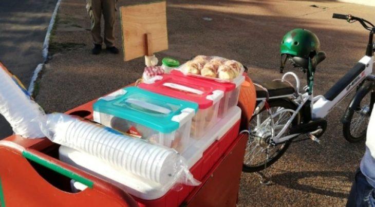 Puesto de café ambulante montado en una bicicleta