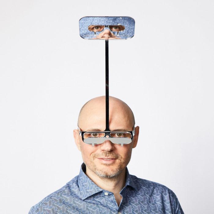 Dominic Wilcox inventó unas gafas ideales para personas de baja estatura que no pueden disfrutar conciertos
