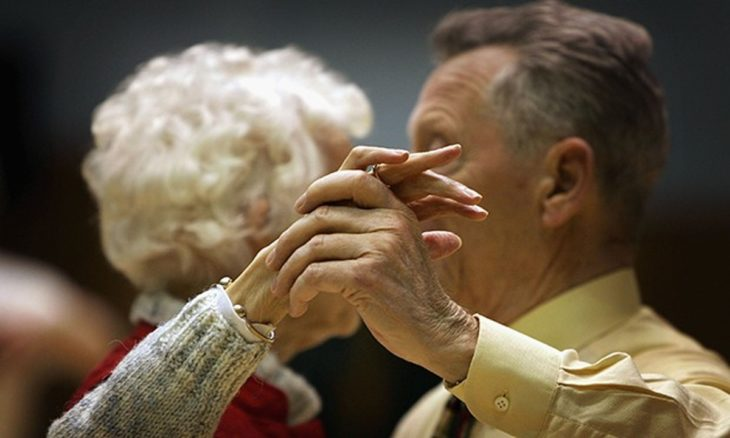 en primer plano manos de una pareja de adultos mayores que bailan