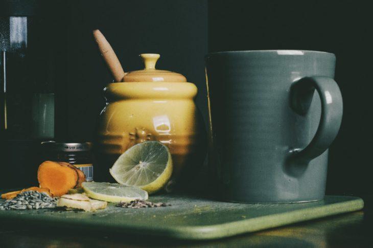 taza con rodaja de limón