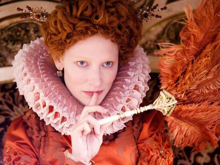 Escena de la película: Elizabeth la edad de Orol. Reina Isabel sosteniendo su cetro