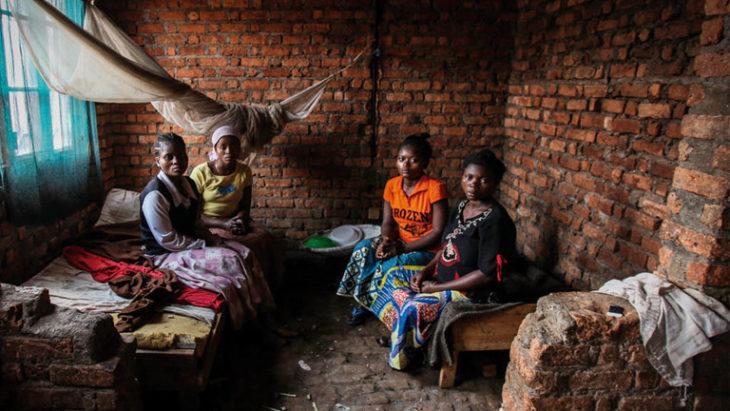 Escena del documental guerra de mujeres. Mujeres dentro de un cuarto