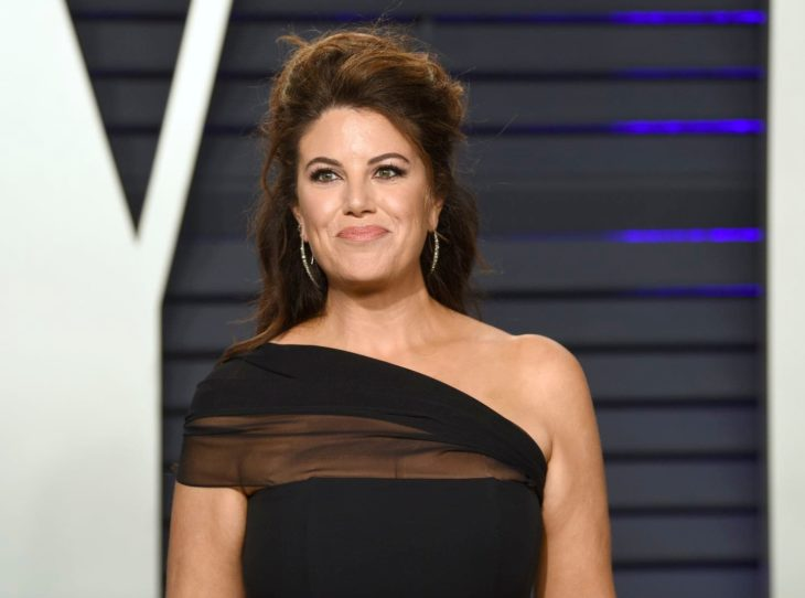 Monica Lewinsky, mujer de cabello castaño y esponjado con vestido negro