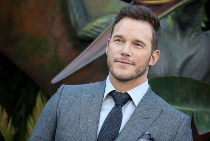 Actor de Guardianes de la Galaxia, Chris Pratt con barba y bigote corto y traje gris
