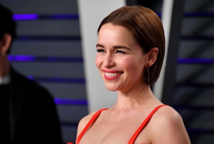 Actriz de Game of Thrones, Emilia Clarke sonriendo con cabello castaño corto