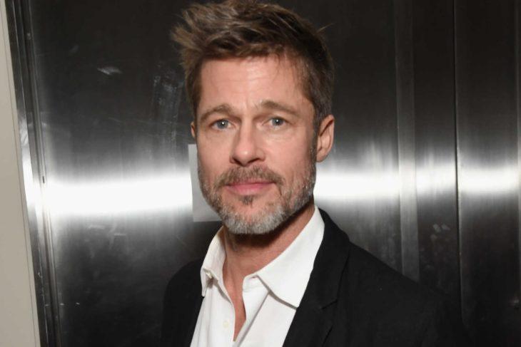 Actor Brad Pitt con barba canosa y saco negro