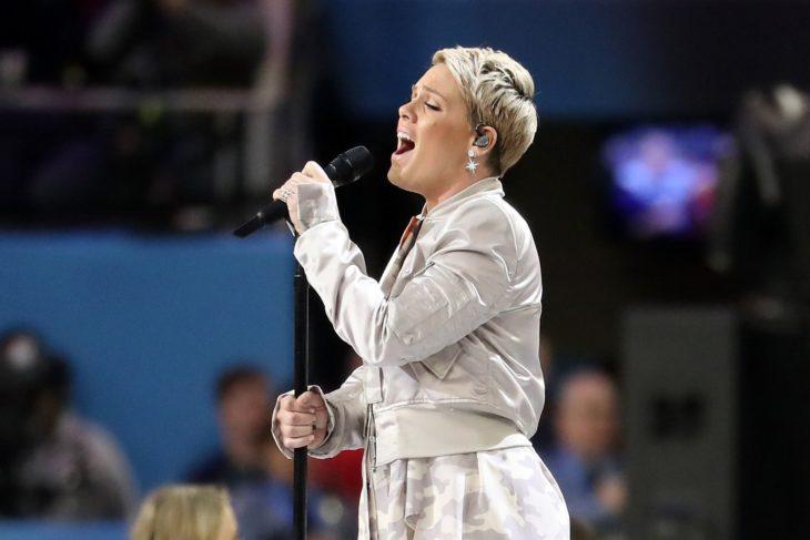Cantante Pink cantando en concierto
