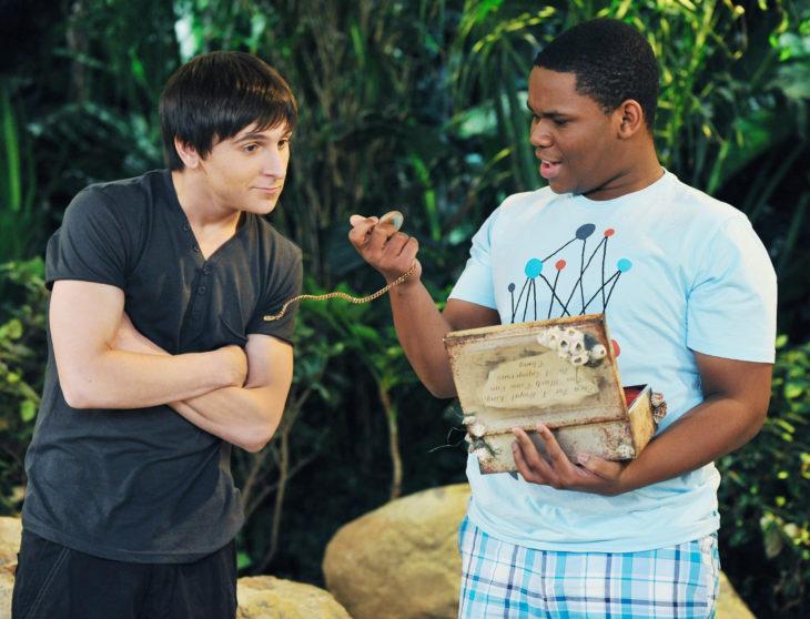Mitchel Musso de brazos cruzando filmando para Disney Channel