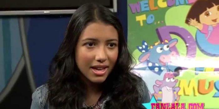 Caitlin Sanchez durante una entrevista sobre Dora la exploradora