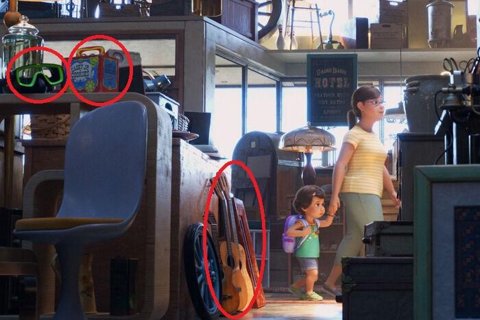 Escena de Toy Story 4, Bonnie y su mamá dentro de la tienda de antiguedades
