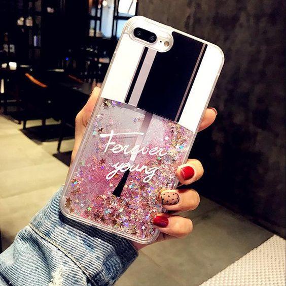 Chica mostrando una funda para celular tamaño extra grande con diseño de esmalte