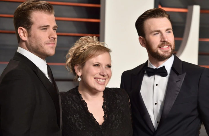 Carly, Chris y Scott Evans durante una alfombra roja