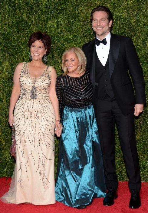 Hallie y Bradley Cooper durante una alfombra roja