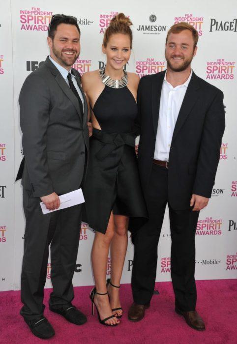 Ben, Jennifer y Blaine Lawrence en una alfombra roja