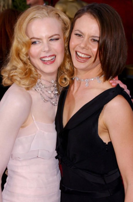 Antonia abrazando a su hermana Nicole Kidman