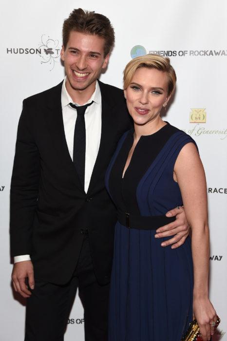 Hunter y Scarlett Johansson durante una alfombra roja