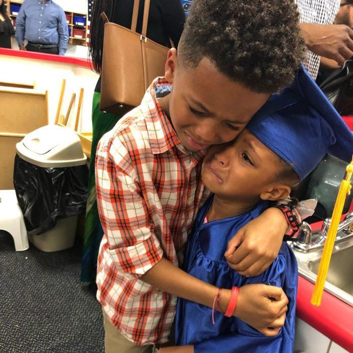 Niños abrazados durante la graduación del kinder de la niña más pequeña