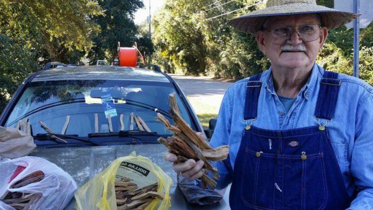 Kenneth Smith, anciano con sombrero vende leña al lado de la carretera para pagar gastos médicos